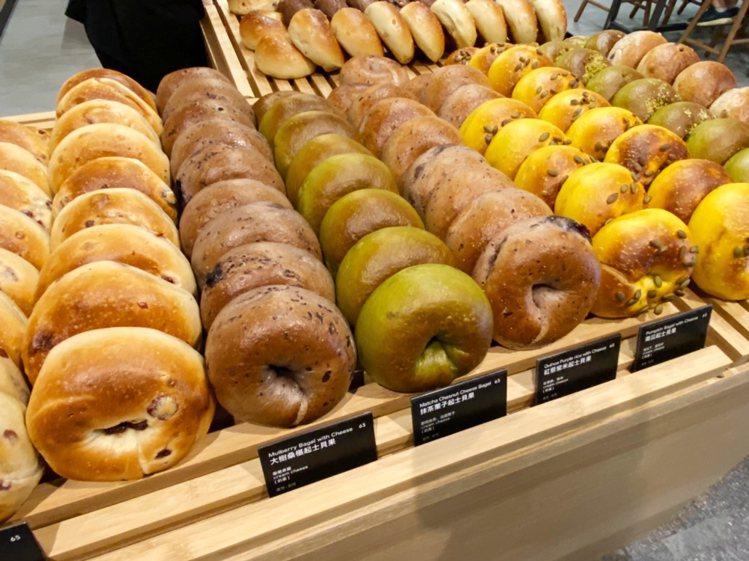 Miopane板橋車站店,現場共有超過30種的貝果、吐司、軟法麵包、可頌,並從早...