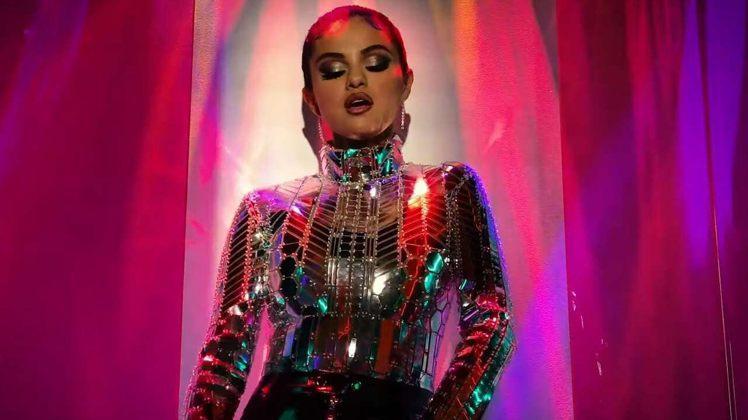 人氣天后瑟琳娜戈梅茲在新歌MV中身穿FENDI Prints On系列。圖/截自...