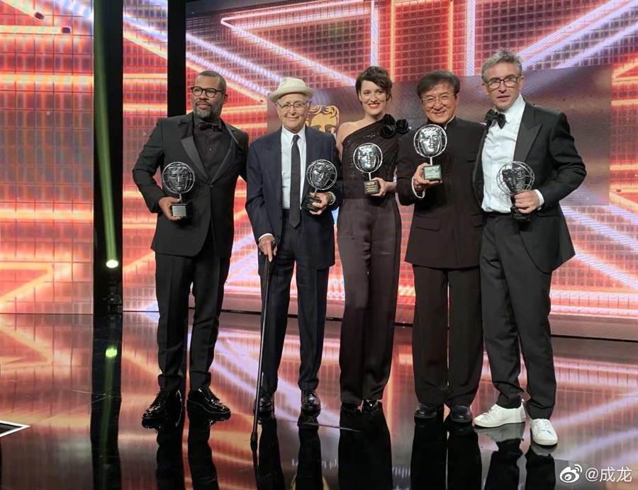 與成龍(右2)同時獲獎的還有喬登皮爾(左起)、諾曼李爾、菲比沃勒布里奇及史提夫庫...