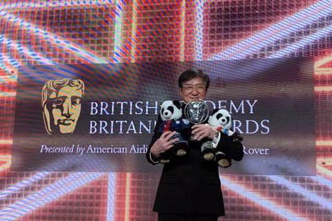成龍闖蕩影壇已有59年,獨樹一格的動作喜劇風格讓全球影迷印象深刻,他於26日在微博報喜,表示自己獲頒有「英國奧斯卡」之稱的英國影藝學院所頒發的「大不列顛獎」,肯定他在影壇多年的精采表現,他也感動致詞...