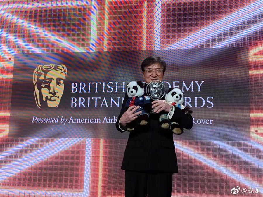成龍獲頒英國影藝學院的大不列顛獎。圖/摘自微博