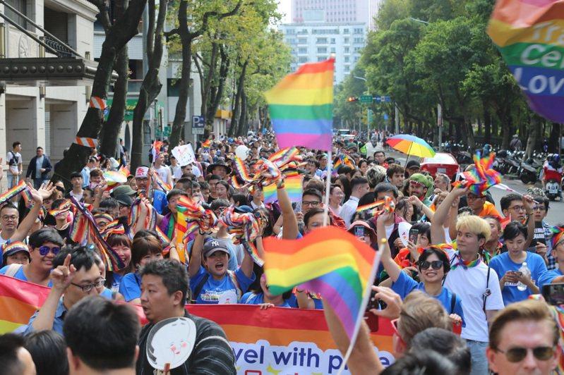 第17屆台灣同志遊行,吸引200多組隊伍、20萬人上街,參與人數創歷屆新高。許正宏/攝影