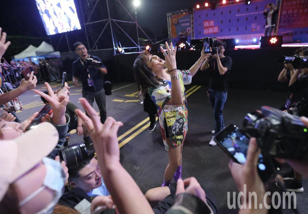 台北同志大遊行歌手A-Lin壓軸演出,她還走下舞台與現場民眾一起合唱、自拍。記者...