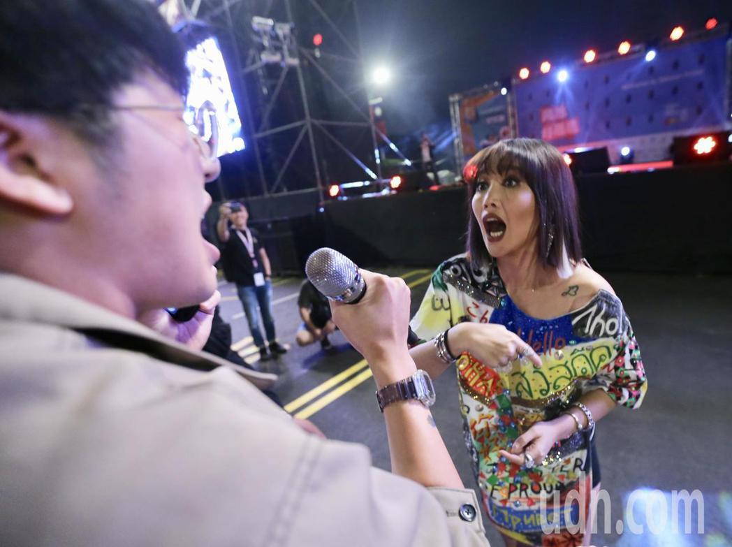 台北同志大遊行歌手A-Lin(右)壓軸演出,她走下舞台與現場民眾一起合唱,她將麥...