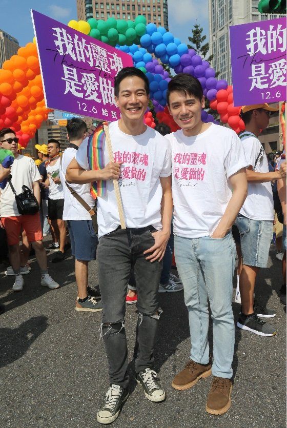 薛仕凌(左)與邱志宇重回同志大遊行現場。記者許正宏/攝影
