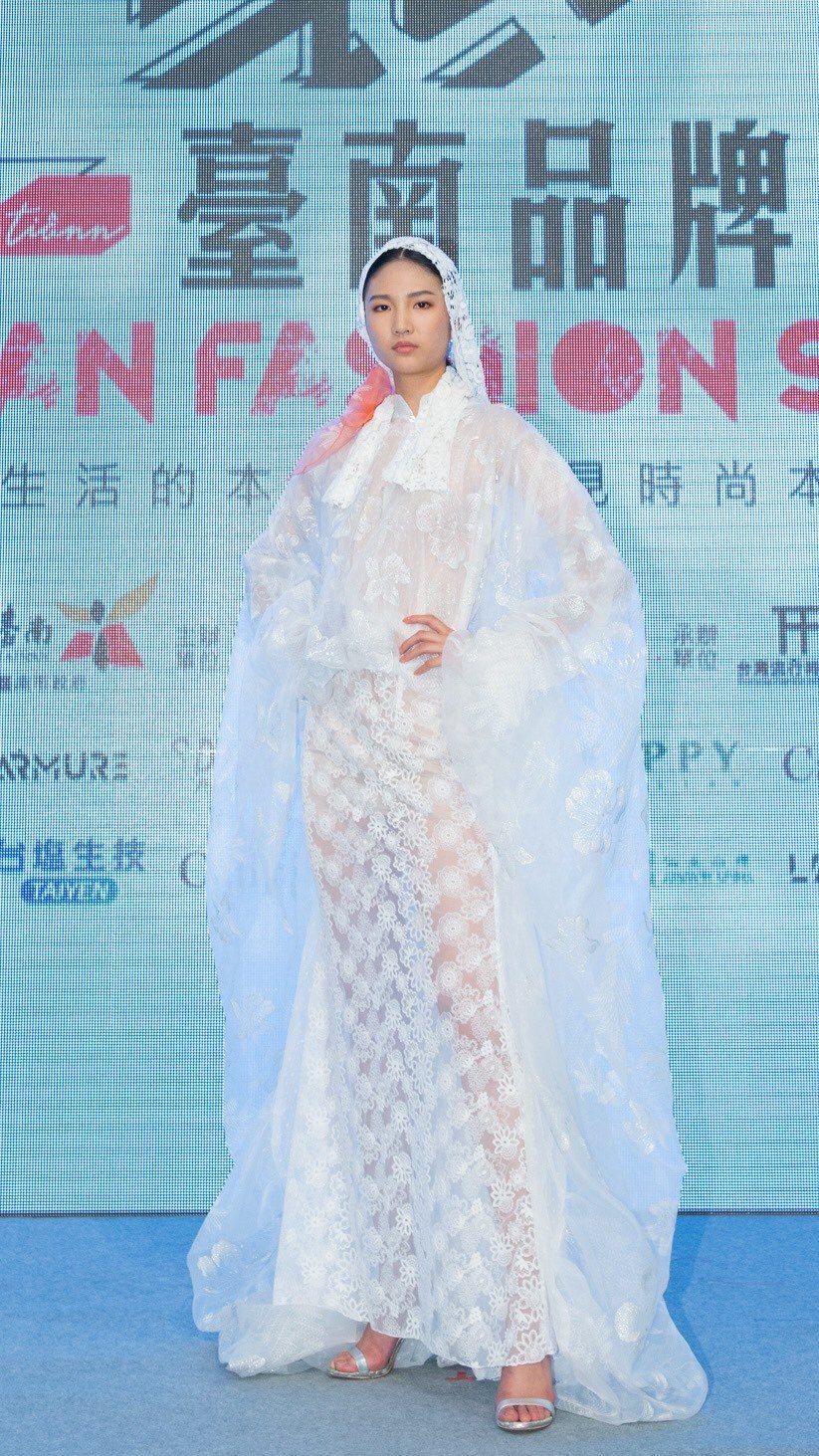 陳詠芯擔任「埕現臺南品牌時尚秀」代言人,一襲透明蕾絲禮服豔驚四座。圖/伊林提供