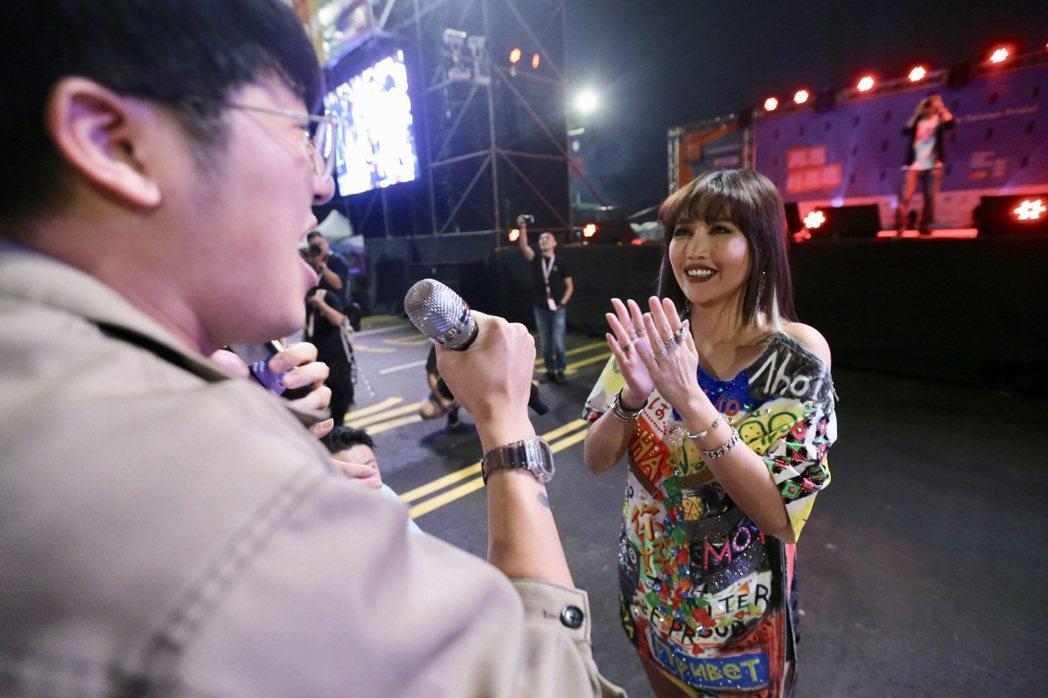 台北同志大遊行歌手A-Lin壓軸演出,她還走下舞台與現場民眾一起合唱、自拍。記者