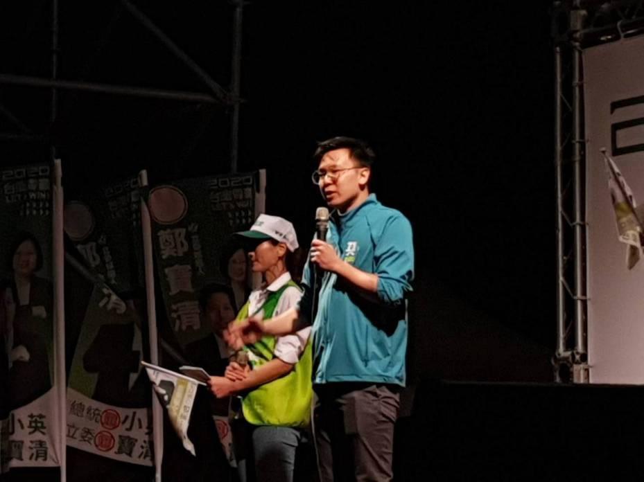 民進黨副秘書長林飛帆今晚到場力挺桃園市民進黨籍立委鄭寶清,更反駁民進黨操作亡國感的說法,還點出2020選後有兩個時間點相當敏感,大陸的作為將會與台灣大有關係。記者陳夢茹/攝影