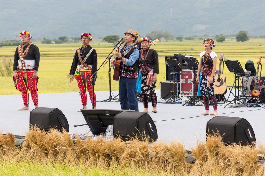 陳建年帶領台東的卑南族人一同上台,以歌聲唱出回到家鄉唱歌的感動。圖/台灣好基金會...