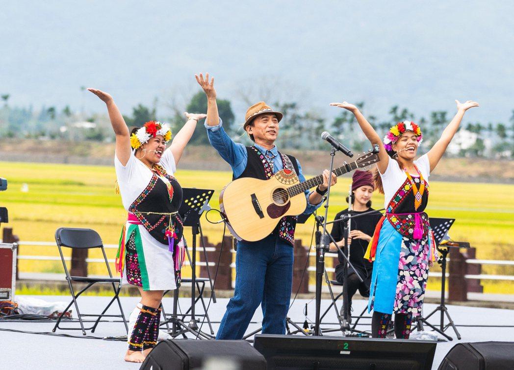 陳建年帶領台東的卑南族人一同上台,以歌聲唱出回到家鄉唱歌的感動。圖/台灣好基金會
