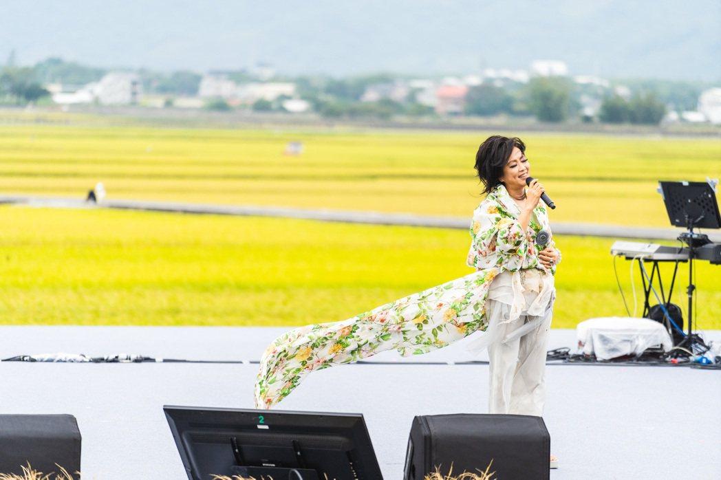 齊豫今天於池上秋收稻穗藝術節演唱。圖/台灣好基金會提供