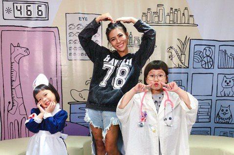 年僅6歲網紅萌娃「胖球」,與4歲妹妹斯拉除了推出療癒單曲「假的假的」,也在YouTube頻道「播蝦」擁有專屬節目「胖球&斯拉診療室」,戴上眼鏡、穿白袍化身胖球醫師,與扮成護士的妹妹聯手為每一...