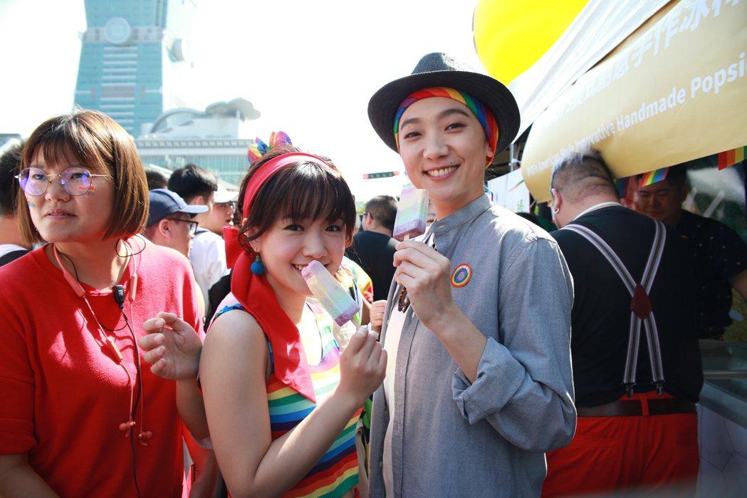 嚴正嵐(左)、趙逸嵐為同志電視影集「吃貨」宣傳,參加同志大遊行。圖/好孩子國際娛...