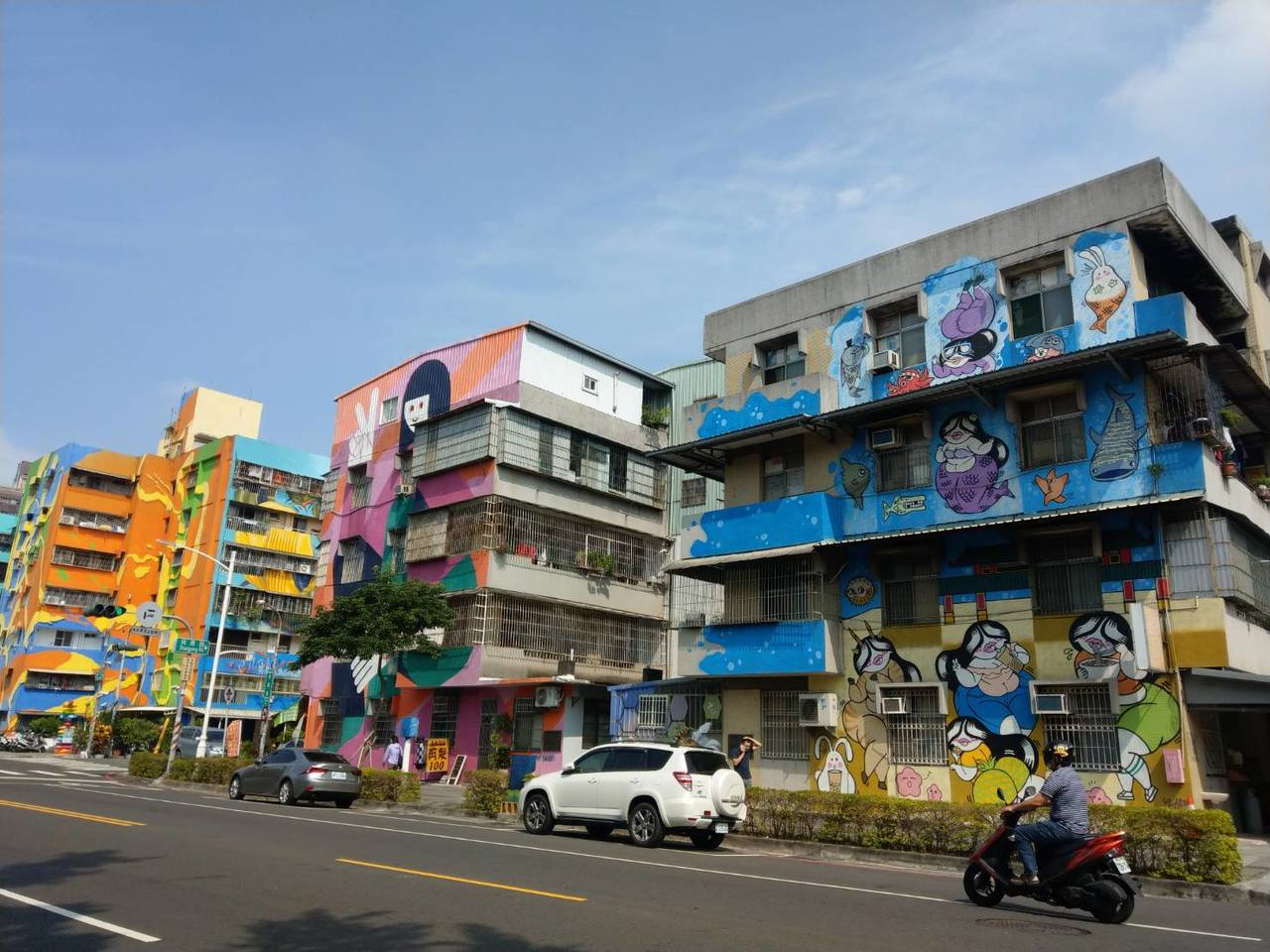 衛武營彩繪村目前已有60多幅壁畫集中在建軍路、行禮街與尚勇路上。記者謝梅芬/攝影