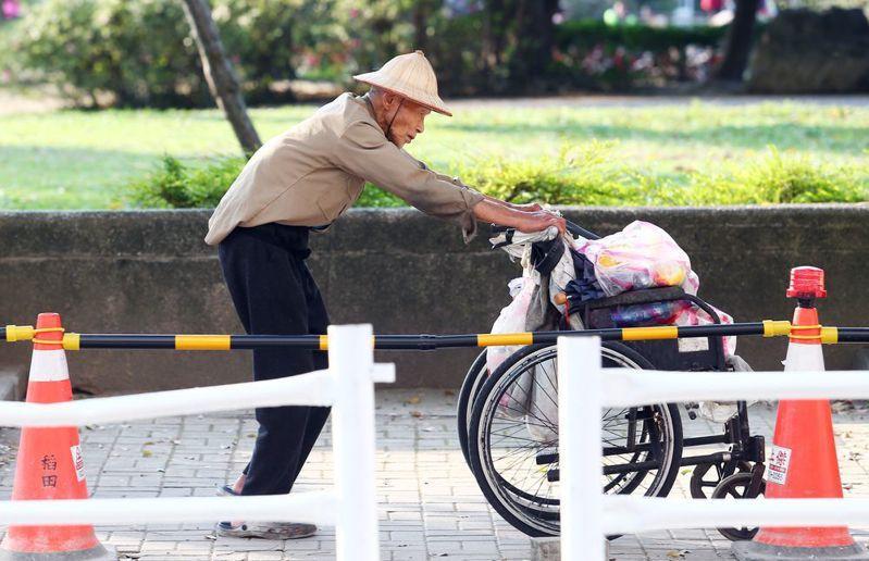 不只青年要脫貧,老年低收收者變多,他們也需要幫助。圖/聯合報系資料照片
