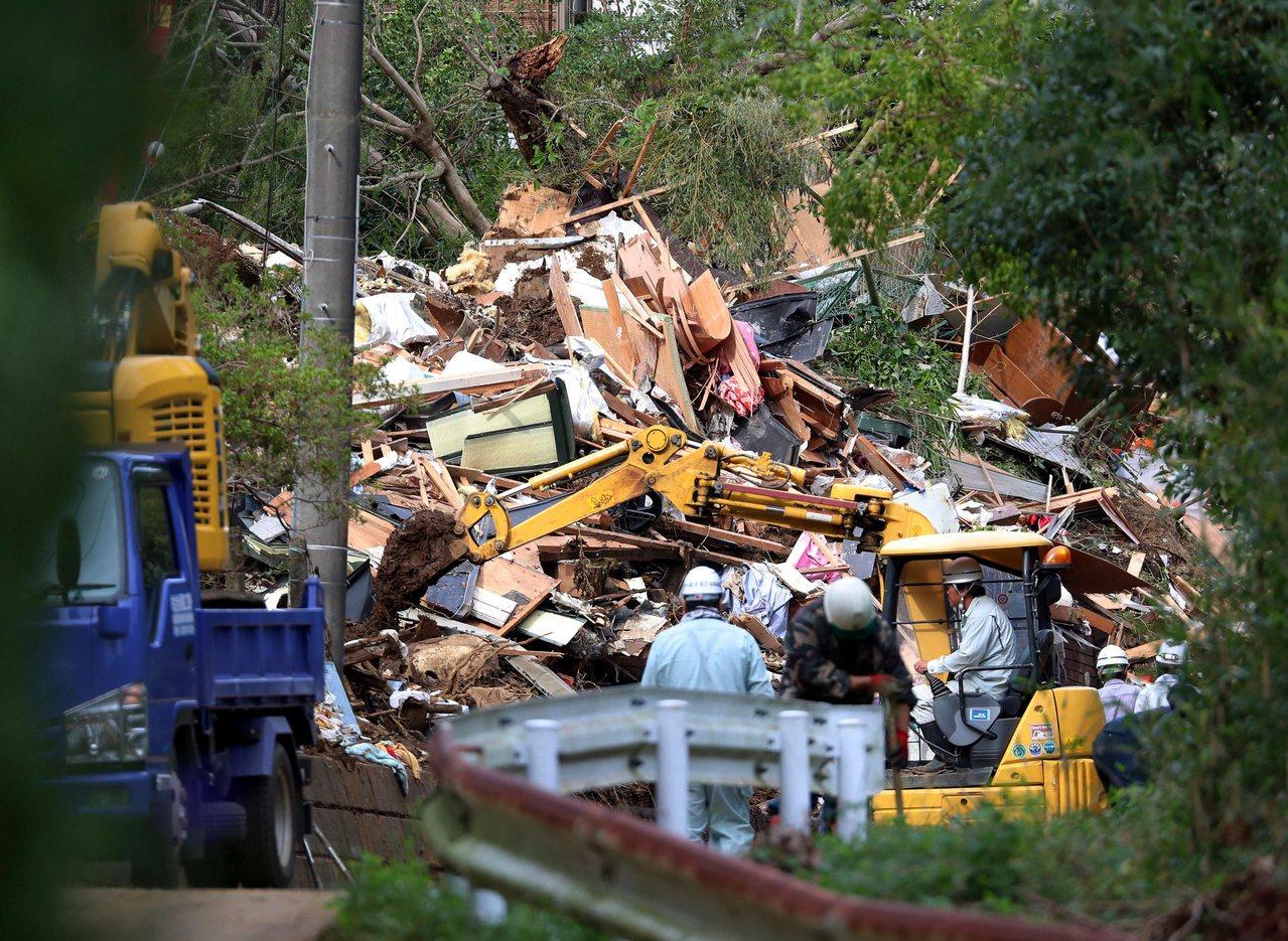 日本關東地區連遭颱風侵襲,災害垃圾堆積如山,圖為千葉縣的工人清理一戶被土石摧毀的...