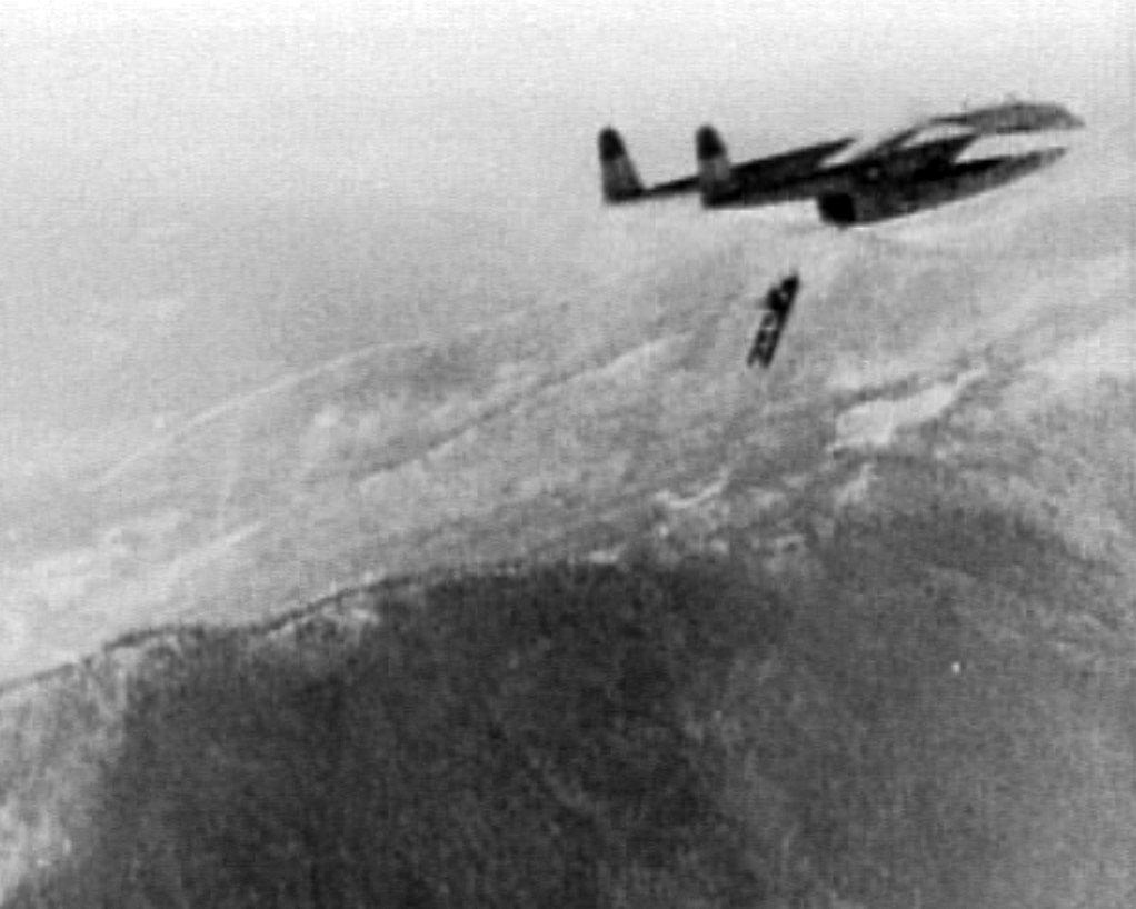 在長津湖之戰中,美軍C-119投下倍力橋材,協助地面部隊突圍。圖/美國空軍檔案照