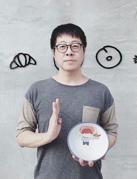 「Wecare高雄」發起人尹立表示,「警世碗公」是一個小男孩拿著一碗滿滿菜餚,卻...