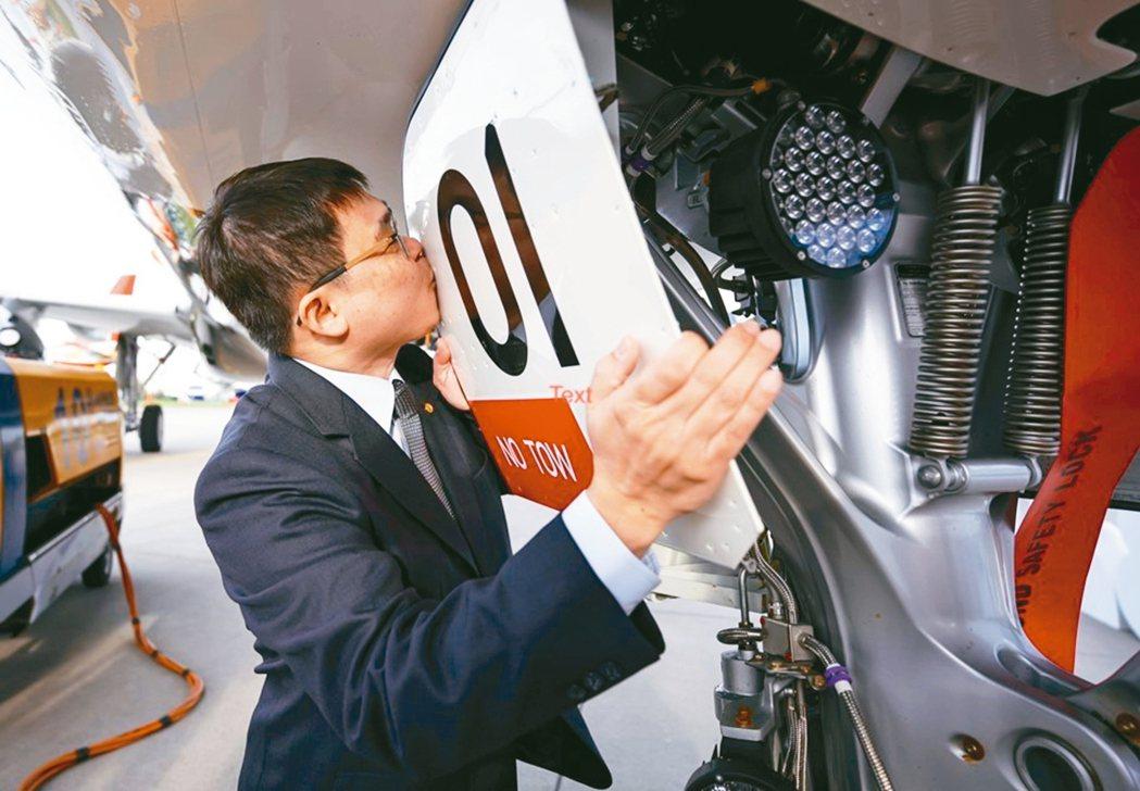 星宇航空董事長張國煒在德國漢堡交機時,親吻星宇首架客機。 星宇/提供