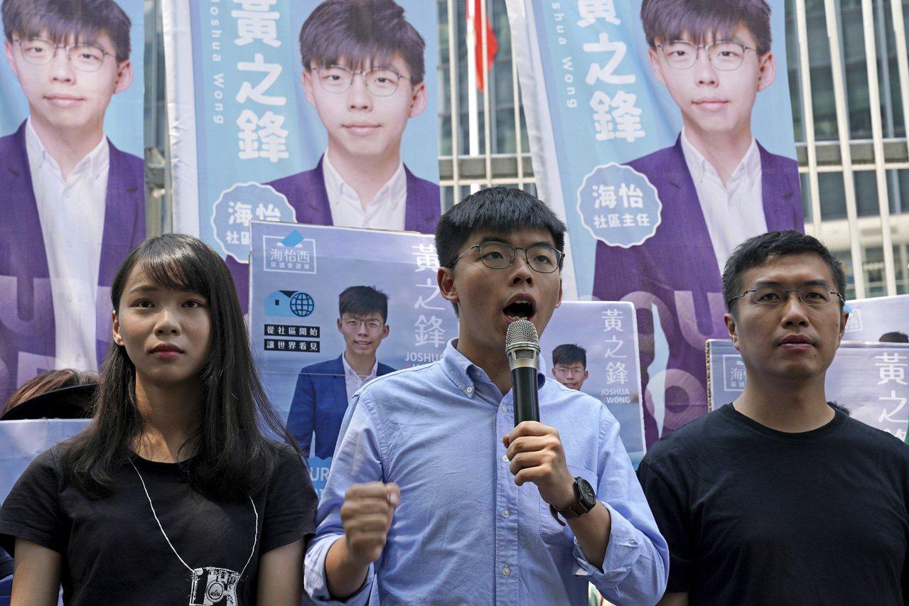 報名參選區議員的香港眾志祕書長黃之鋒第三度被選舉主任要求解釋其政治主張,黃回信明...