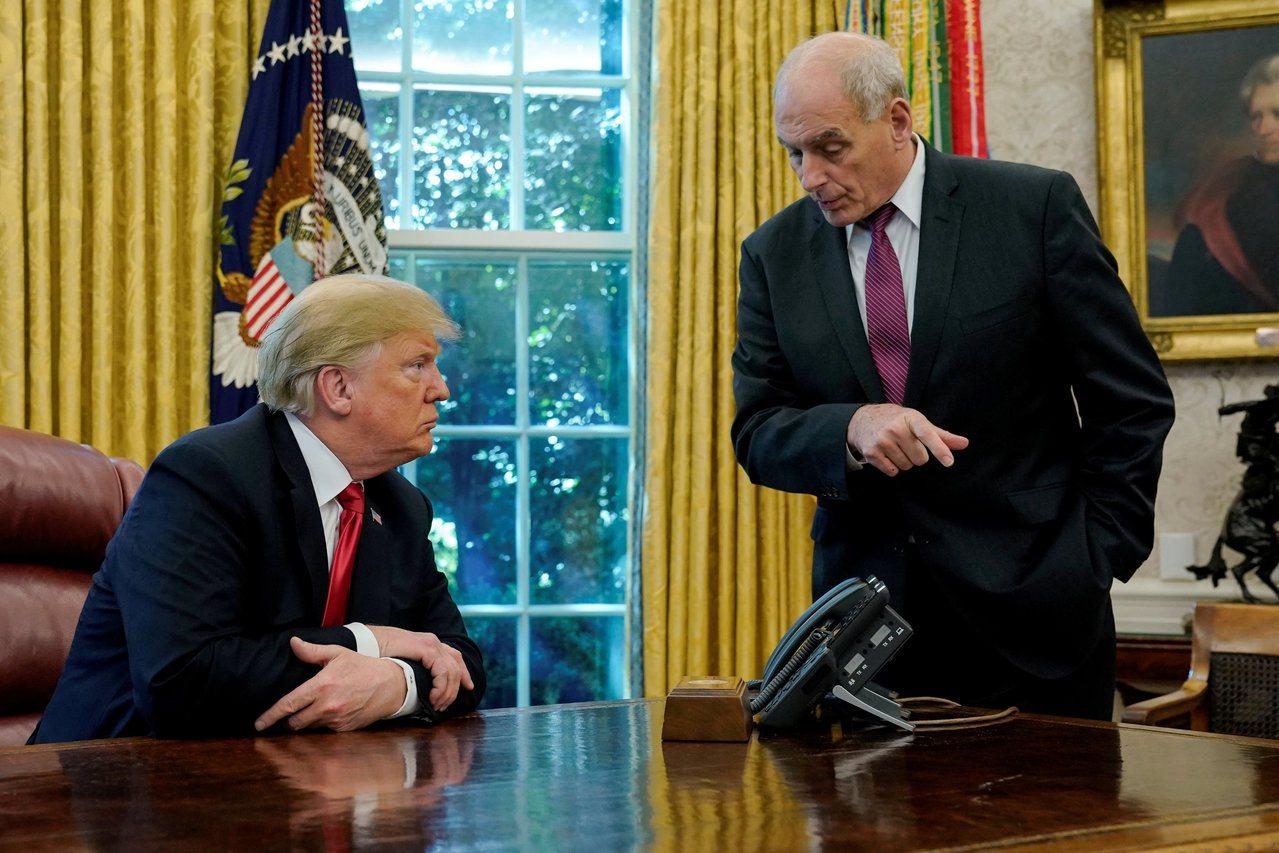 前白宮幕僚長凱利後悔離職,讓川普捲入彈劾風暴。圖為凱利(右)在白宮橢圓形辦公室對...