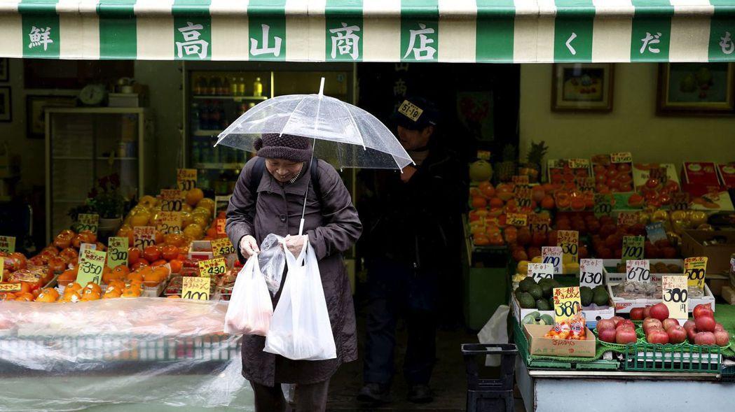 許多日本專家認為,日本的低通膨及低利率,其實與人口快速老化掛鉤,而未來20年已開...