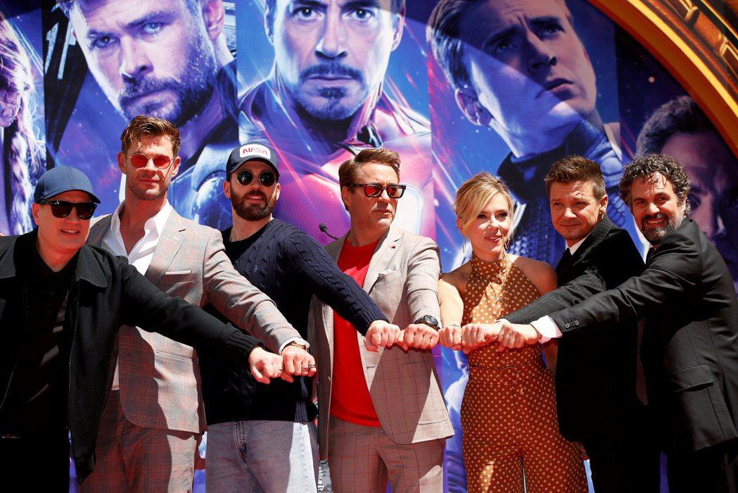 漫威影片總裁凱文費吉與扮演元祖「復仇者聯盟」成員的演員們為「終局之戰」共聚一堂。