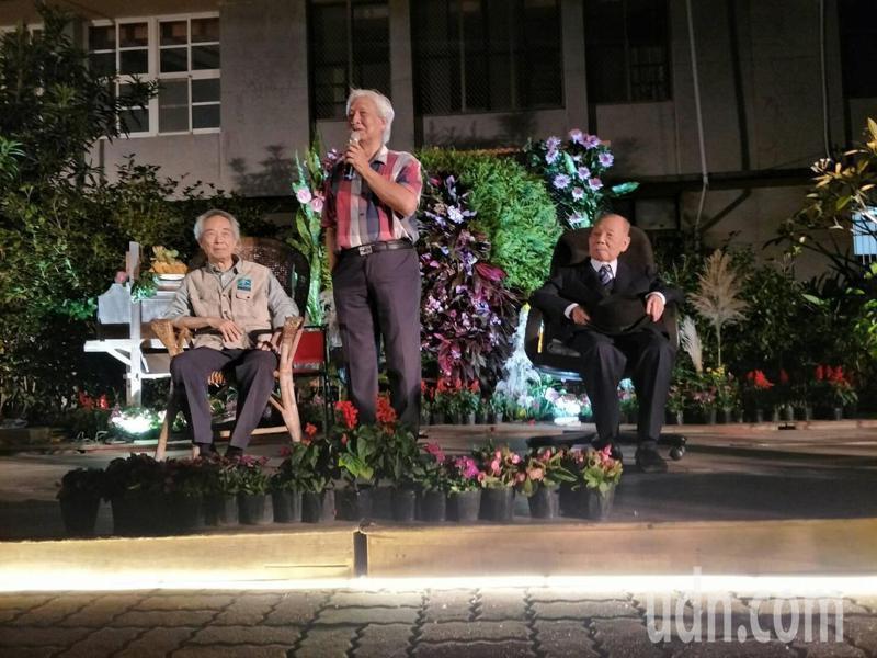 鄉土畫家退休校長張秋臺(中)發起,昨晚餐會向老醫師謝春梅(右),及客籍作家李喬(左)致敬。記者范榮達/攝影
