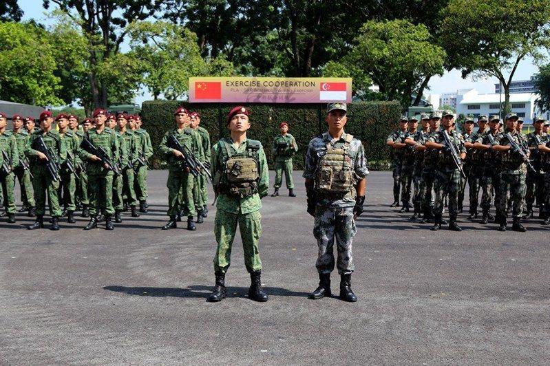 「『中』新聯合訓練」今年於7月27日至8月5日展開,雙方共同執行城市作戰訓練與快速降落等科目,而參演的新加坡第3師第一突擊營曾來台受訓,所屬官兵皆在屏東大武營完成傘訓。圖/新加坡陸軍臉書官方粉絲專頁