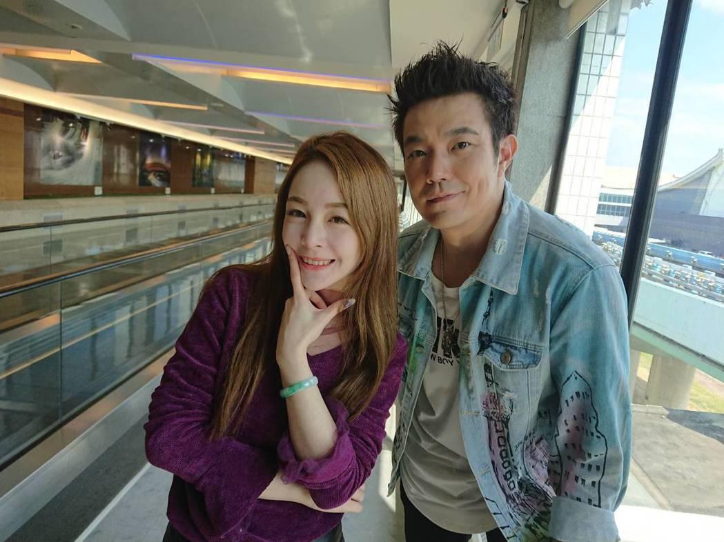主播若晴與余政鴻(右)一起到韓國直播   圖/翰成數位直播提供