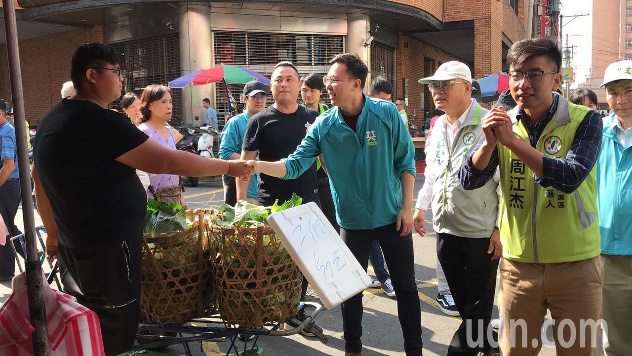 周江杰(右一)今天一早7點就到市場掃街,今天特別前往海線湖口。記者郭政芬/攝影