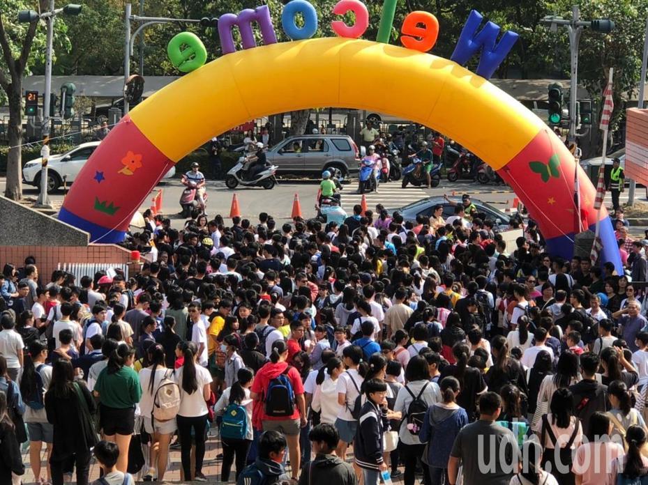 聯合盃作文大賽嘉義區初賽湧入兩千多名學生參與。記者李承穎/攝影