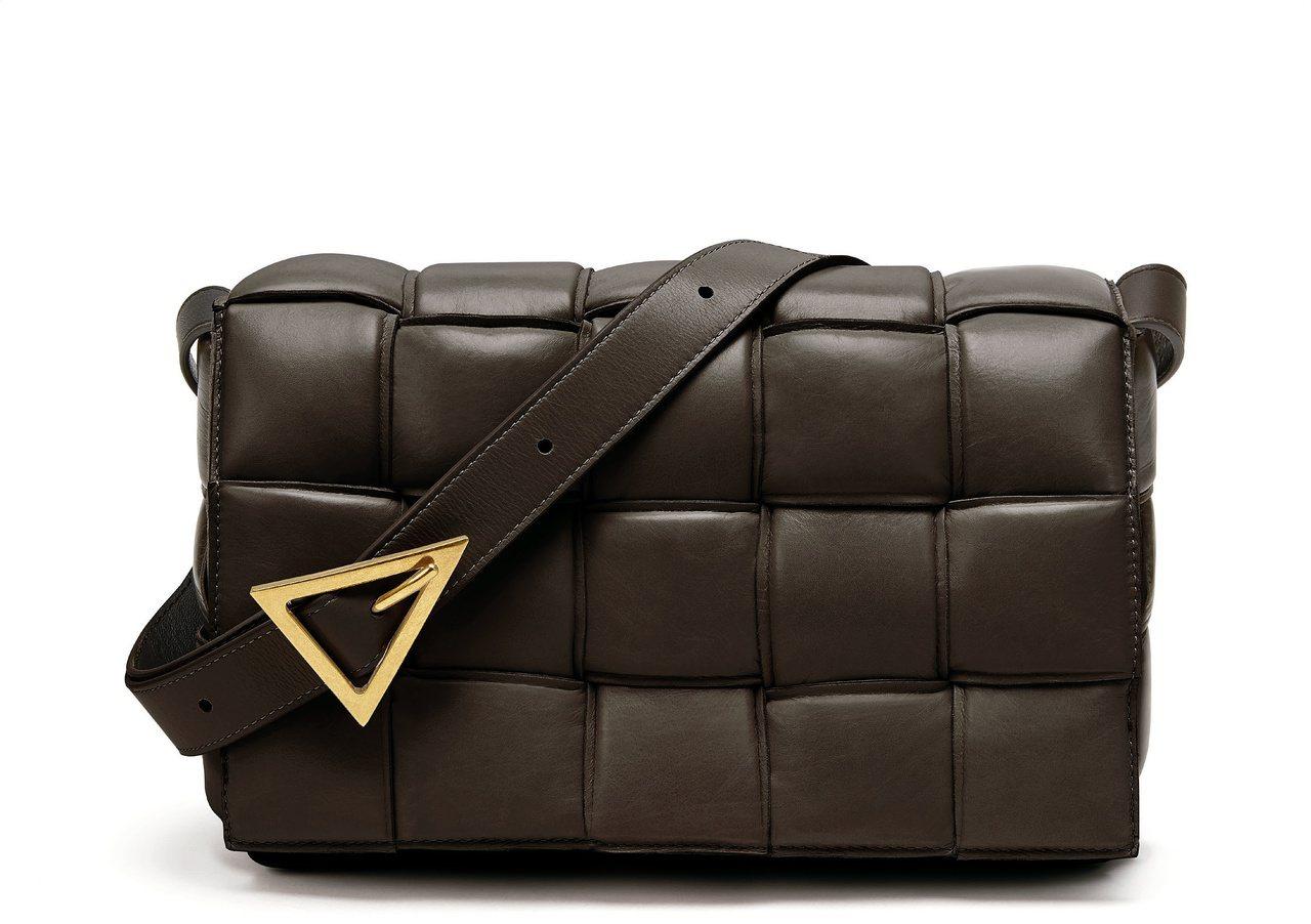 Padded Casette黑色牛皮肩背包。圖/Bottega Veneta提供
