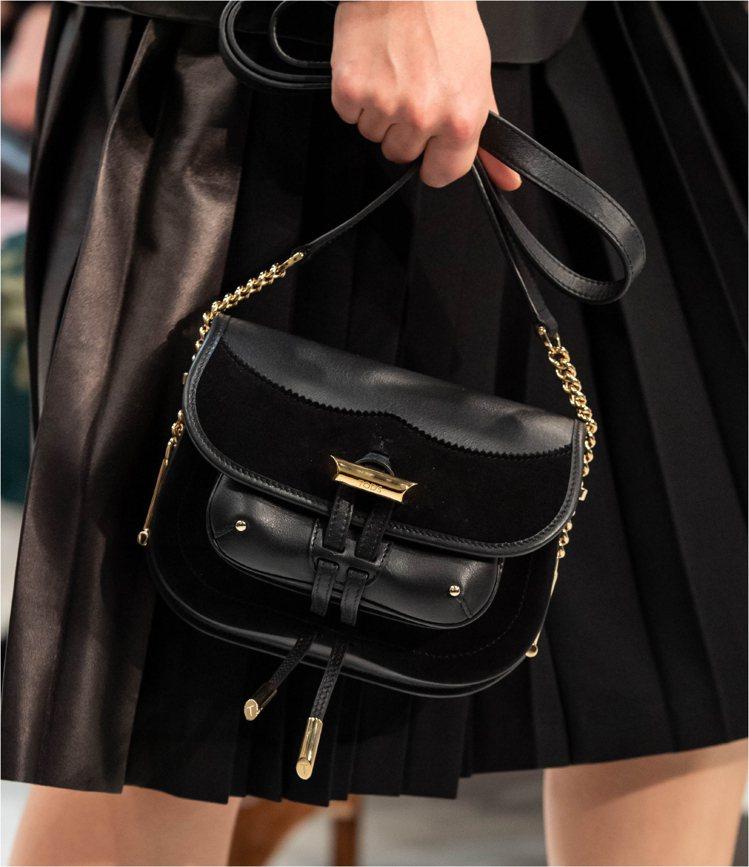 TOD'S黑色金屬飾釦異材質拼接馬鞍包,56,100元。圖/迪生提供