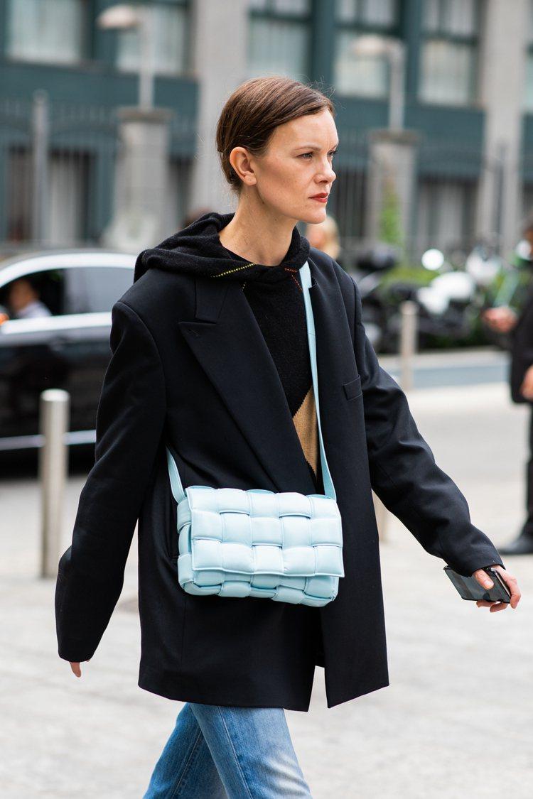 Padded Casette包備受時尚達人喜愛,是時裝周街拍寵兒。圖/Botte...