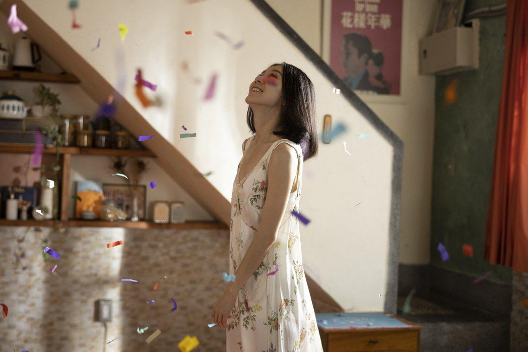 白安在七彩紙花的歡樂氣氛中拍攝 MV。圖/相信音樂提供