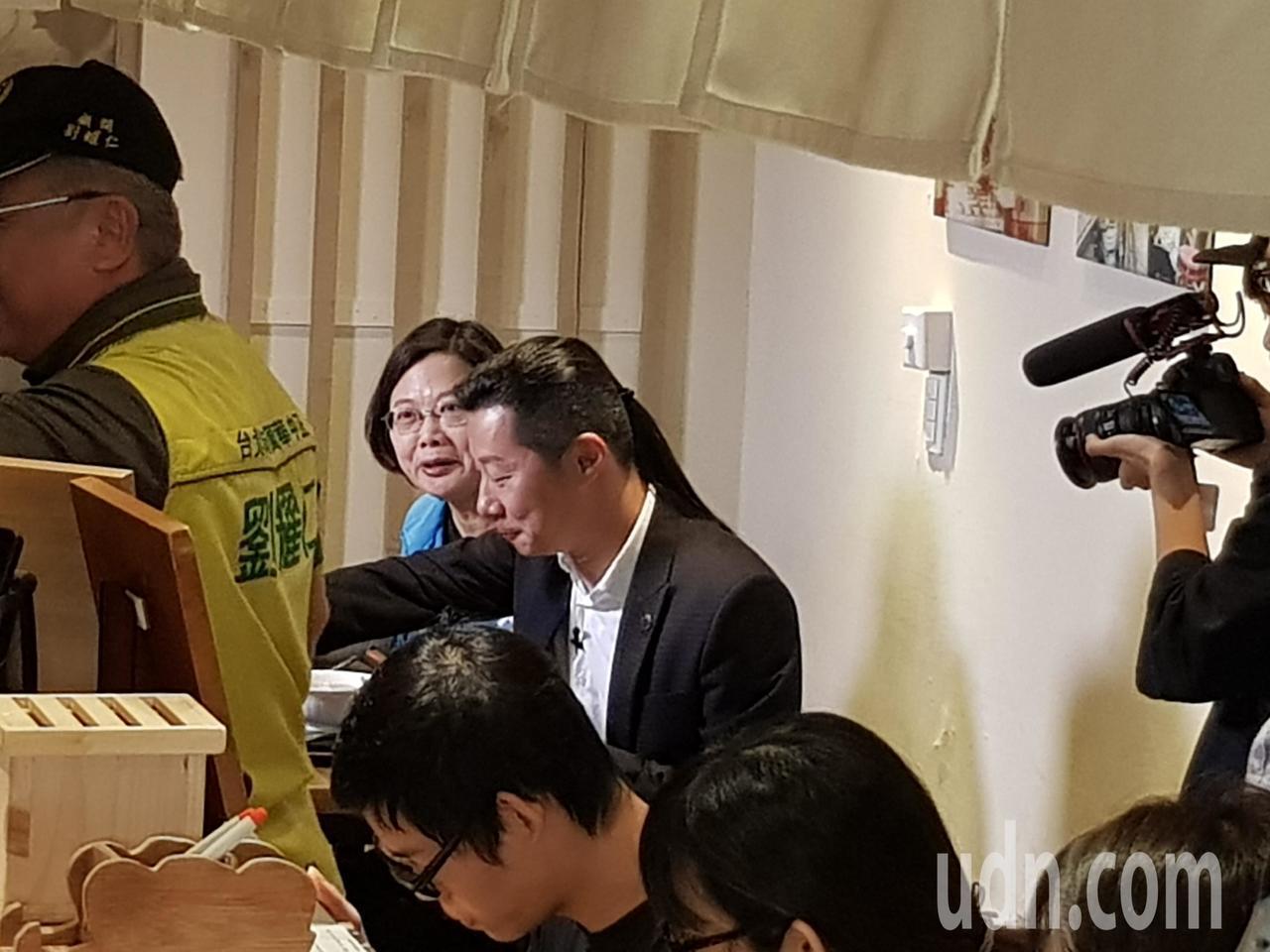 蔡英文總統受台北市中正萬華區域立委林昶佐邀請,今天午後陪同林訪問南萬華在地店家吃...