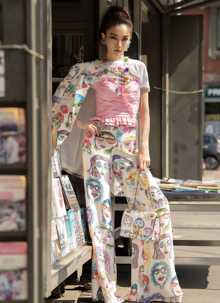 謝金燕在米蘭時裝周搶先穿上彩繪女孩印花服飾。圖/Moschino提供