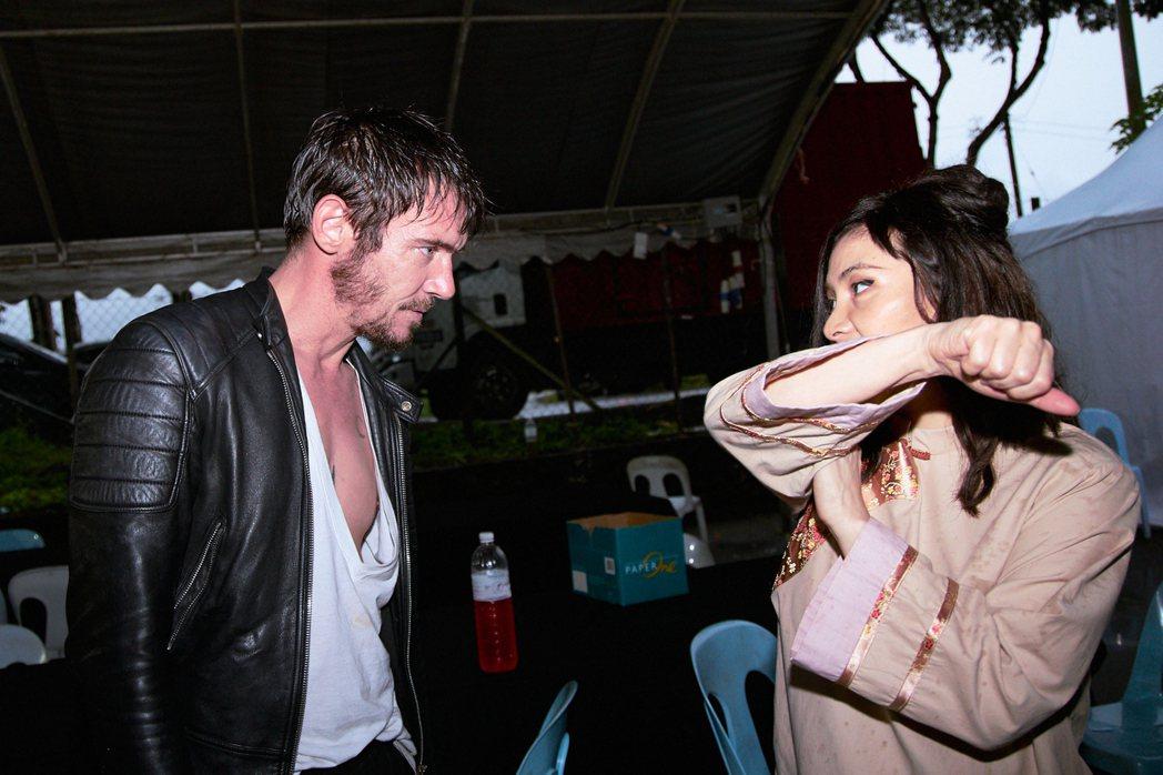 何超儀(右)和男主角強納森萊斯梅爾在片中有一些情愫。圖/852 Films Lt...