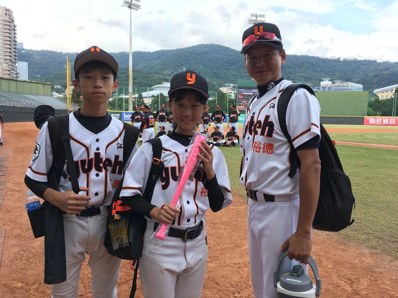 裕徳高中姐弟檔周俐昀(中)、周暐哲(左)及總教練陳冠宇。記者葉姵妤/攝影
