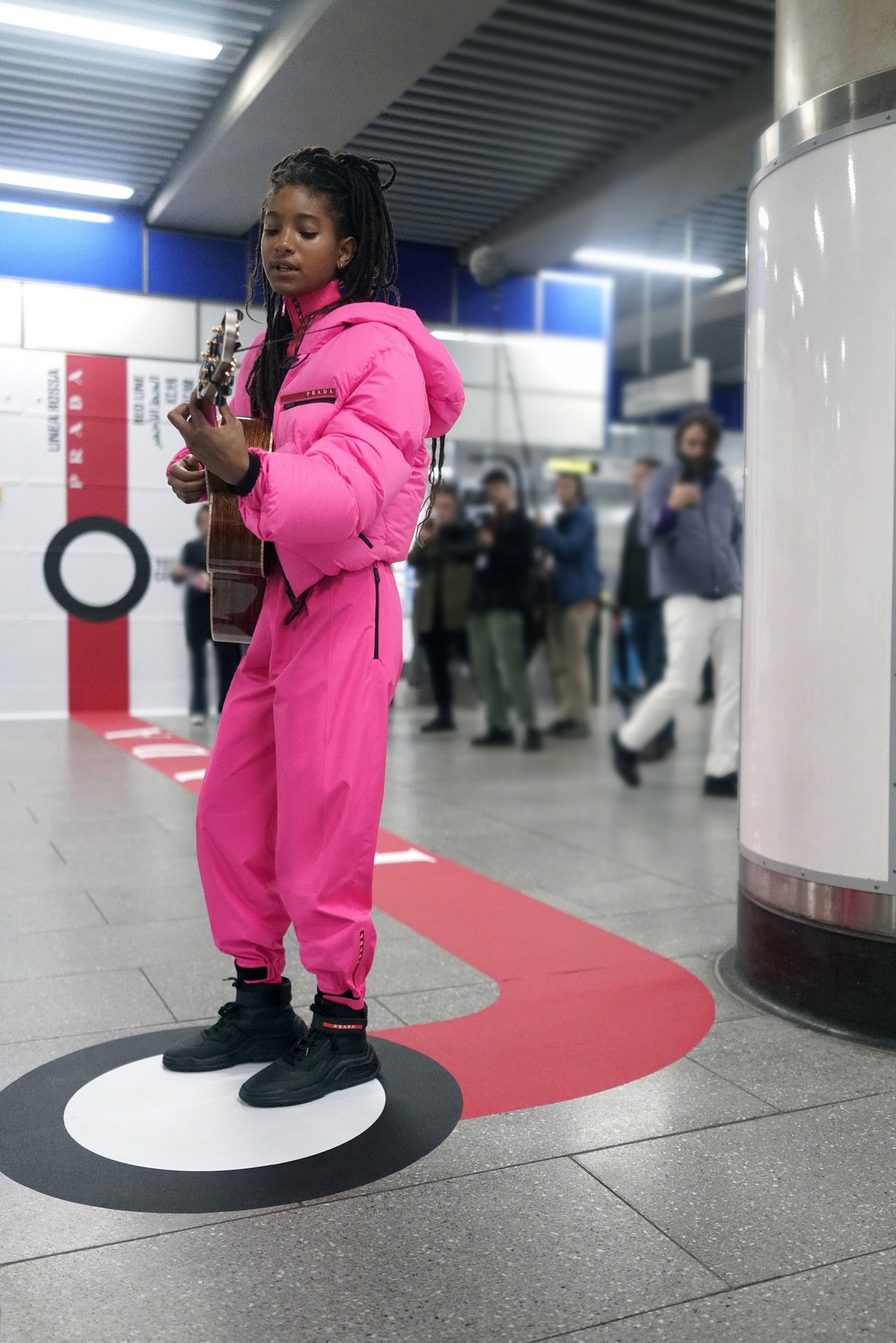 Prada本季特別攜手威爾史密斯的女兒薇洛史密斯拍攝形象照,選在倫敦地鐵中央線沿...