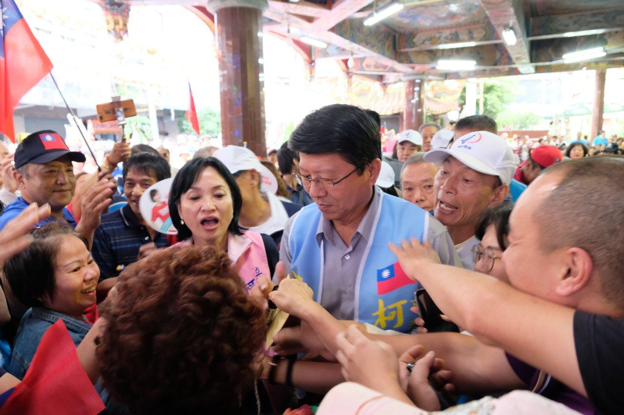 謝龍介今天一現身,現場長輩們興奮地湧上前握手、要簽名。記者張曼蘋/攝影