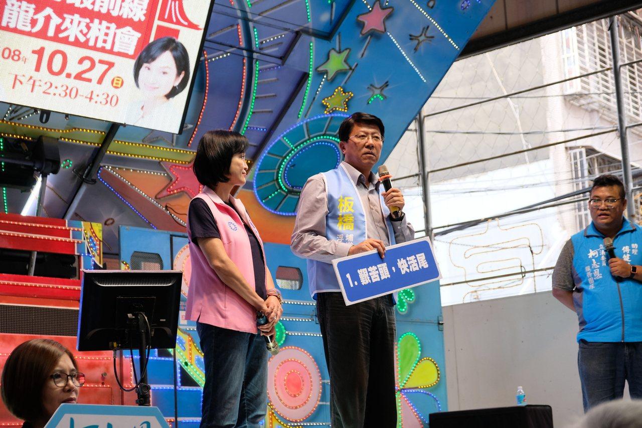 謝龍介今天在台上還上起台語教學,還用「艱苦頭 快活尾」來形容韓國瑜。記者張曼蘋/...