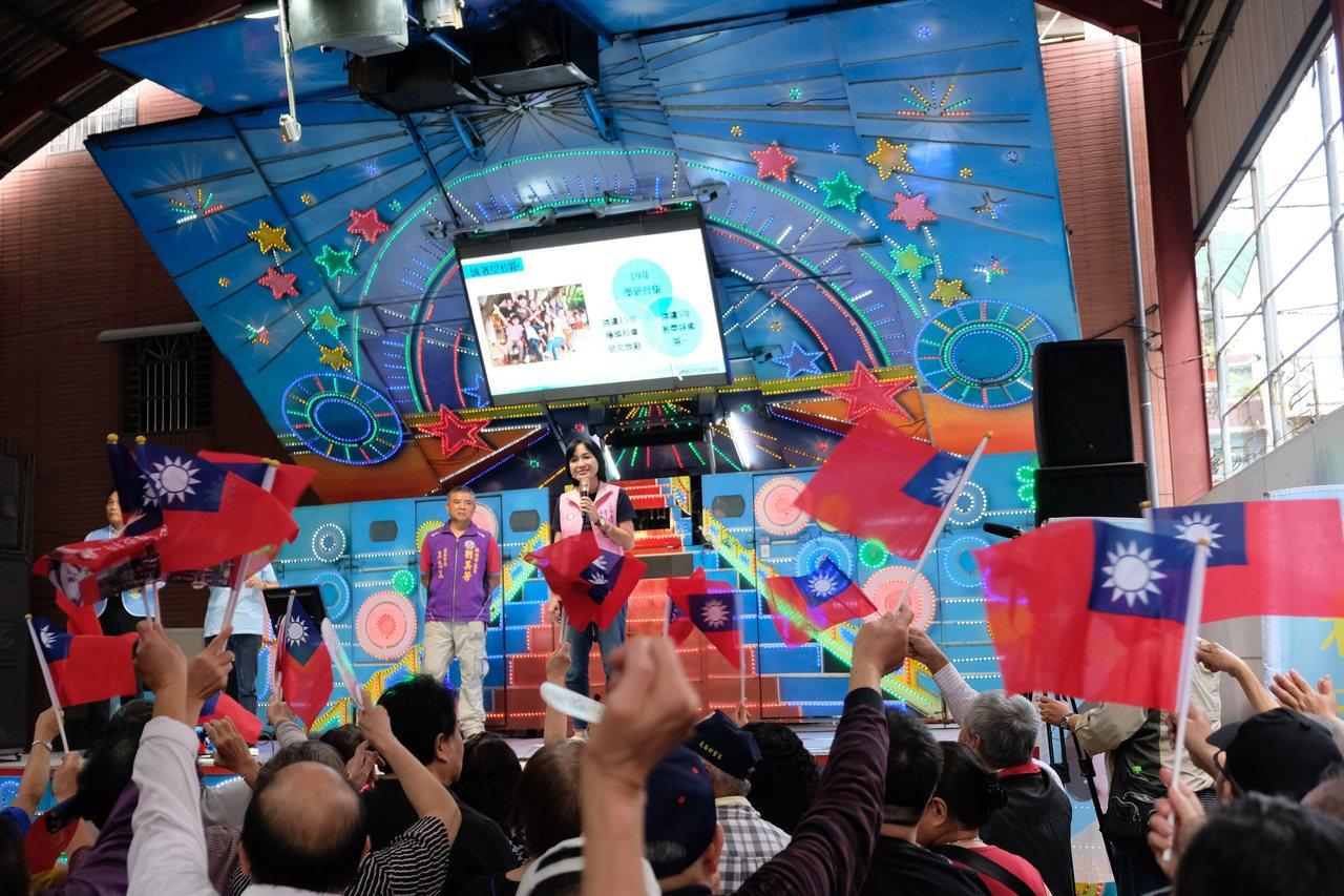 國民黨現任不分區立委柯志恩今天在板橋北極宮舉辦造勢活動,現場揚起國旗海。記者張曼...