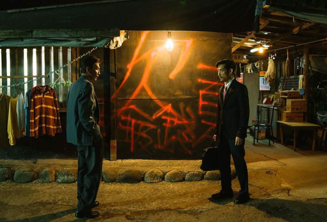 陳竹昇(右)、太保在「殘值」劇中演出對手戲,光對視就有爆發力。圖/公視提供