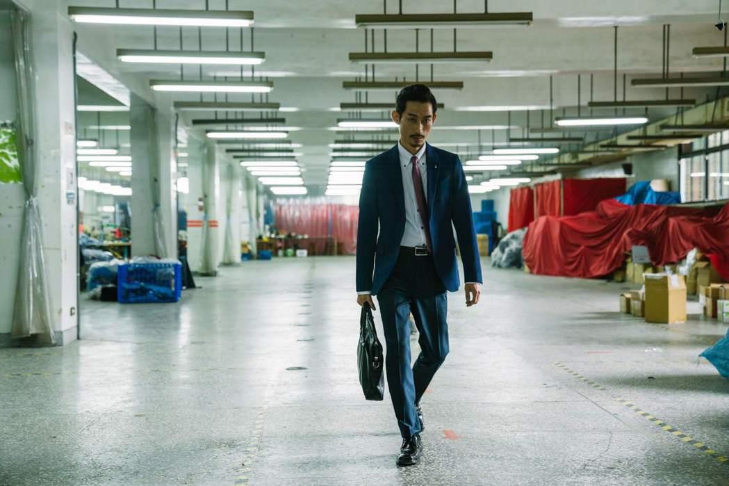 陳竹昇在「殘值」劇中是個亦正亦邪的保險業務員。圖/公視提供
