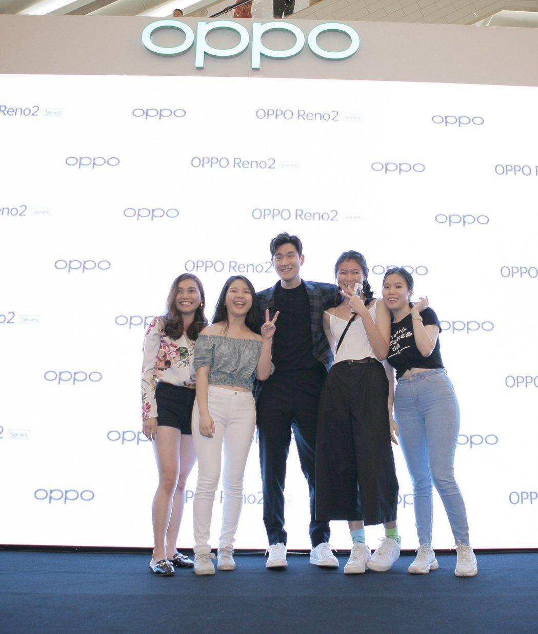 周興哲(中)26日在馬來西亞出席OPPO新手機上市代言記者會。圖/星空飛騰提供