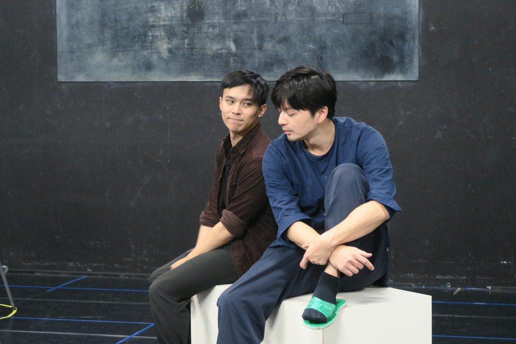 江常輝(右)與呂名堯上演男男情慾交流。圖/故事工廠提供