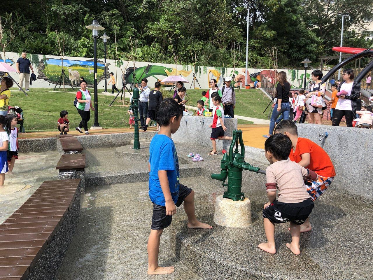 永吉公園第三期以「花朵樂園」為主題,並延續第二期的梯田花卉景觀及生態池等設計,打...