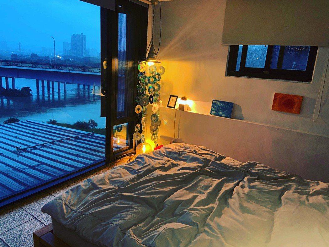 連俞涵佈置的房間,窗外可見大片天空。圖/連俞涵提供